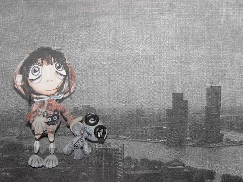 Большой город и девочка в ожидании дождя
